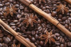 Grains de café et espèces Images stock