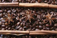 Grains de café et espèces Photos stock