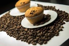 Grains de café et gâteau Image stock
