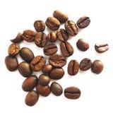 Grains de café et graines bruns rôtis d'isolement photos stock