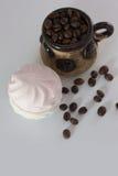 Grains de café et guimauves Photographie stock