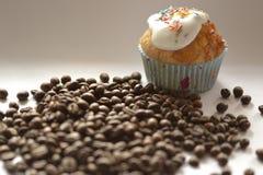 Grains de café et le petit gâteau Photographie stock libre de droits