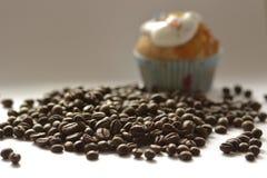 Grains de café et le petit gâteau Images libres de droits