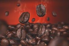 Grains de café et grains de café et mur brun photo stock