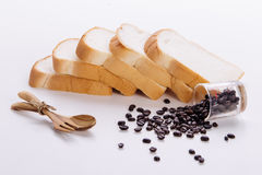 Grains de café et pain, sur le fond blanc Photographie stock libre de droits