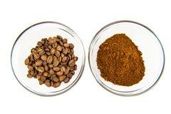 Grains de café et poudre dans la cuvette Photo stock