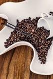 Grains de café et quelques bâtons de vanille Photographie stock libre de droits