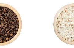 Grains de café et riz dans une cuvette sur le fond blanc Photos stock