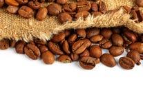 Grains de café et sac à toile de jute photos libres de droits