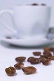 Grains de café et tasse Photographie stock libre de droits