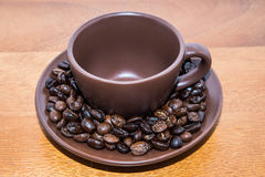 Grains de café et tasse de Brown Photographie stock libre de droits