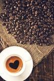 Grains de café et tasse de coffe Image stock