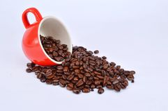 Grains de café et tasse rouge Photo stock