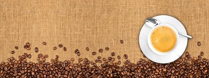 Grains de café et tasse sur la texture naturelle de toile de jute images libres de droits