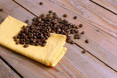 Grains de café et une serviette jaune Image stock