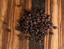 Grains de café foncés de rôti Photographie stock