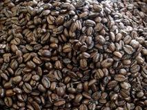 Grains de café foncés de rôti Photographie stock libre de droits