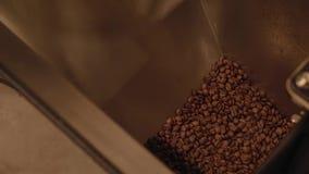 Grains de café foncés et aromatiques dans la vidéo moderne de longueur d'actions de machine de torréfaction banque de vidéos
