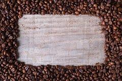Grains de café fond, dans la table en bois moyenne image stock