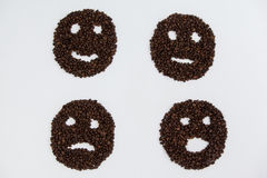 Grains de café formant de divers visages Images libres de droits