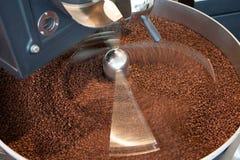 Grains de café fraîchement rôtis dans le mélangeur - exposition d'ampoule Images stock