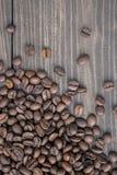 Grains de café frais sur le fond en bois photo libre de droits