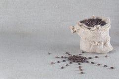 Grains de café le soleil et sac de toile de jute avec des grains de café Photo stock