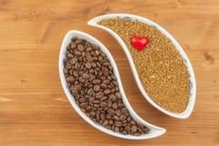 Grains de café naturels contre l'instant Soluble et grains de café sur le fond en bois Préparation du café frais Photos libres de droits