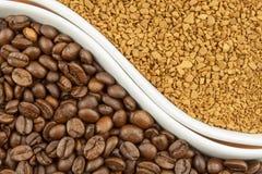 Grains de café naturels contre l'instant Soluble et grains de café sur le fond en bois Préparation du café frais Photos stock