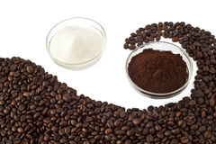 Grains de café, poudre de café et sucre Image stock