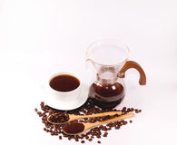 Grains de café pour le café d'égouttement et des grains de café dans la cuillère en bois Images stock