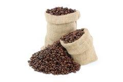 Grains de café rôtis au-dessus de blanc. Photos stock