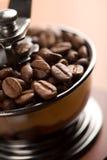 Grains de café rôtis dans la rectifieuse de café photographie stock libre de droits