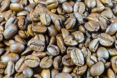 Grains de café rôtis en gros plan Fond des grains de café Image libre de droits