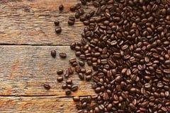 Grains de café rôtis foncés Images libres de droits