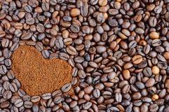 Grains de café rôti Café dans une forme de coeur pour le fond Photos stock