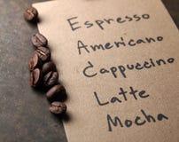 Grains de café rôtis d'arabica sur la texture de papier avec le backgrou des textes Images libres de droits