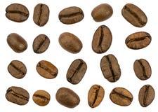 Grains de café rôtis d'isolement. Chemins de coupure distincts images stock