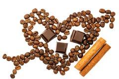 Grains de café rôtis dans la forme du coeur avec la flèche de cupidon, cubes en chocolat, bâton de cannelle, d'isolement sur la v Images stock
