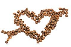 Grains de café rôtis dans la forme du coeur avec la flèche de cupidon, d'isolement sur le fond blanc Images stock