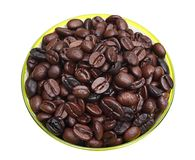 Grains de café rôtis dans le récipient circulaire vert Images libres de droits