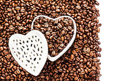 Grains de café rôtis dans une boîte en forme de coeur blanche chez Valentine D Photos stock