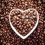 Grains de café rôtis dans une cuvette en forme de coeur chez Valentine Day Ho Images stock