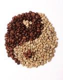 Grains de café rôtis et verts dans le yang de yin de forme sur le fond blanc Photos libres de droits
