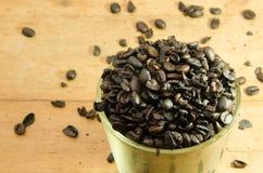 Grains de café rôtis par totalité dans la cuvette Photo stock