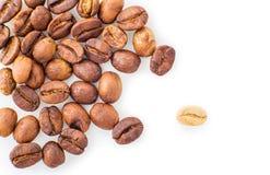 Grains de café rôtis répandus Photos stock