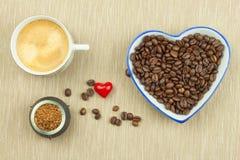 Grains de café rôtis sur la table de cuisine Café frais Préparation de café chaud Boisson régénératrice Ventes des grains de café Photos libres de droits