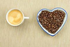 Grains de café rôtis sur la table de cuisine Café frais Préparation de café chaud Boisson régénératrice Ventes des grains de café Image libre de droits