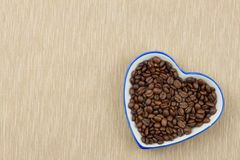 Grains de café rôtis sur la table de cuisine Café frais Préparation de café chaud Boisson régénératrice Ventes des grains de café Images stock