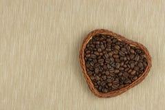 Grains de café rôtis sur la table de cuisine Café frais Préparation de café chaud Boisson régénératrice Ventes des grains de café Image stock